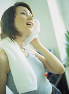 首にタオルをかける女性の写真素材 [FYI02065788]