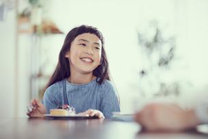 タルトを食べる女の子の写真素材 [FYI02065792]