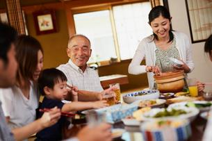 食事をする三世代家族の写真素材 [FYI02065793]