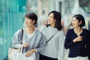 ショッピングを楽しむ女性3人の写真素材 [FYI02065804]