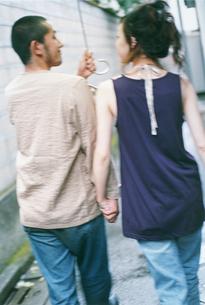傘をさすカップル後姿の写真素材 [FYI02065834]