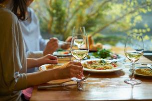 食事をする女性2人の写真素材 [FYI02065843]