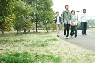 公園を歩く若者達の写真素材 [FYI02065856]