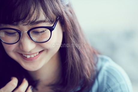 メガネをかけた女性の写真素材 [FYI02065864]