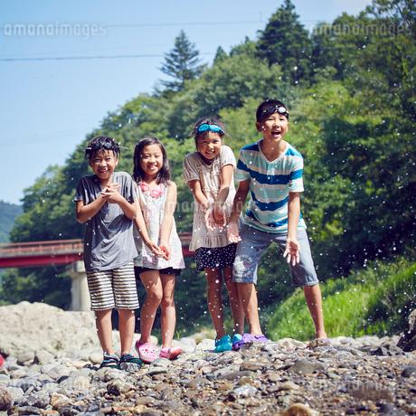 笑顔の子供達と水しぶきの写真素材 [FYI02065869]