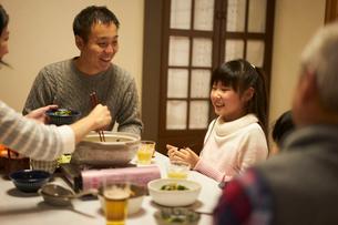 こたつで食事をする家族の写真素材 [FYI02065877]