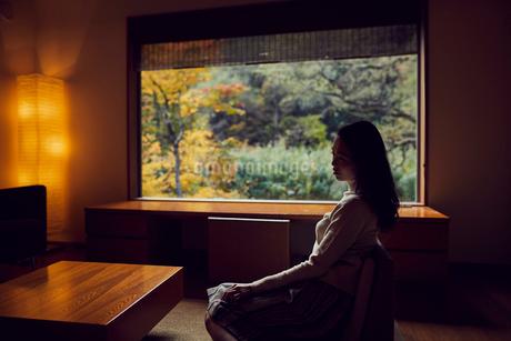宿のラウンジでくつろぐミドル女性の写真素材 [FYI02065903]