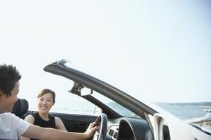 海と車に乗っているカップルの写真素材 [FYI02065908]