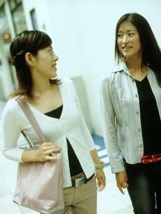 街を歩く女性2人の写真素材 [FYI02065909]