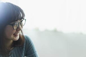 メガネをかけた女性の写真素材 [FYI02065911]