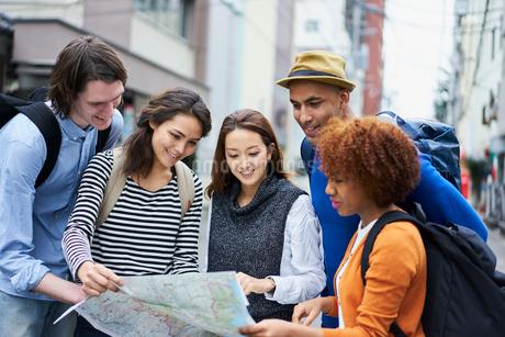 地図を見る外国人と日本人の写真素材 [FYI02065921]