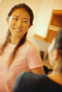 ボーターのTシャツを着た女性の写真素材 [FYI02065932]