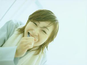 歯磨きする女性アップの写真素材 [FYI02065936]