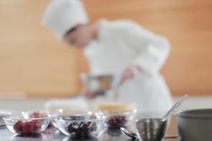 食材が並んだ調理台とパティシエの写真素材 [FYI02065940]