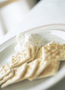 クラッカーとクリームチーズの写真素材 [FYI02065945]