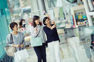 ショッピングを楽しむ女性3人の写真素材 [FYI02065960]
