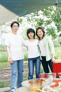 バーベキューする家族3人の写真素材 [FYI02065967]