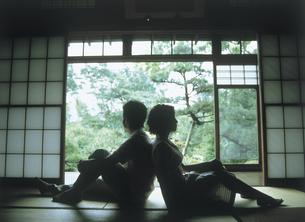 和室で背中を合わせるカップルの写真素材 [FYI02065971]