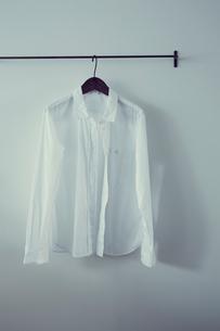 ハンガーに掛けたシャツの写真素材 [FYI02065976]