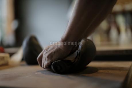 陶芸の粘土を練る男性の手元の写真素材 [FYI02066018]
