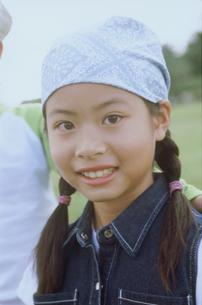 草原の女の子アップの写真素材 [FYI02066022]