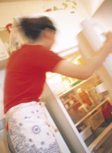 冷蔵庫を開ける女性の写真素材 [FYI02066028]