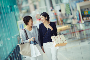 ショッピングを楽しむ女性2人の写真素材 [FYI02066062]