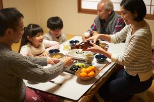 こたつで食事をする家族の写真素材 [FYI02066065]