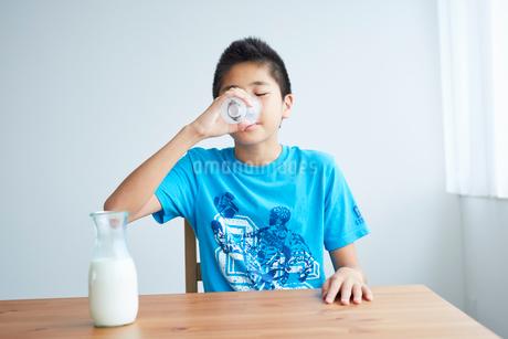 牛乳を飲む男の子の写真素材 [FYI02066082]