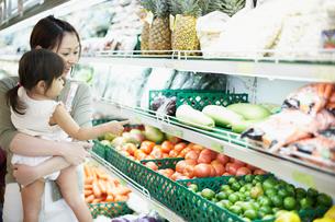 スーパーで女の子を抱っこするお母さんの写真素材 [FYI02066089]
