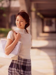 バックを肩にかけた女性の写真素材 [FYI02066099]