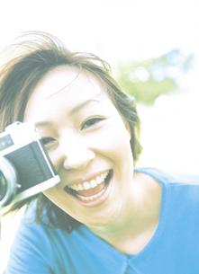 カメラをかまえる女性の写真素材 [FYI02066111]