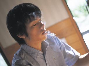 煙草をくわえる男性の写真素材 [FYI02066122]