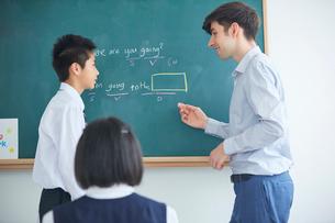 授業中の外国人講師と生徒の写真素材 [FYI02066133]