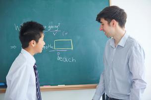授業中の外国人講師と生徒の写真素材 [FYI02066138]