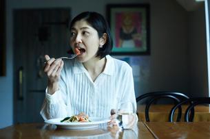 食事をする女性の写真素材 [FYI02066144]