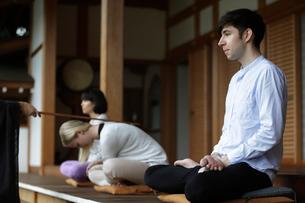座禅をする外国人3人の写真素材 [FYI02066148]