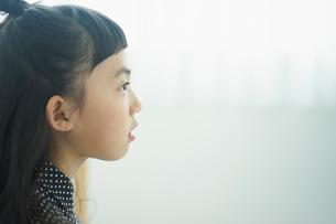 見つめる女の子の横顔の写真素材 [FYI02066151]