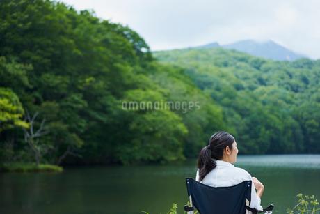 水辺でくつろぐ女性の写真素材 [FYI02066156]
