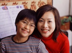 母親と女の子アップの写真素材 [FYI02066196]