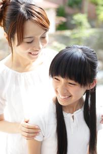 笑顔の母親と女の子の写真素材 [FYI02066199]