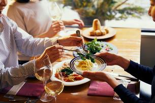 料理を取り分ける女性の手元の写真素材 [FYI02066203]