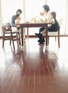 食事をするファミリーの写真素材 [FYI02066216]