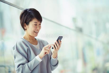 スマートフォンを操作する女性の写真素材 [FYI02066229]