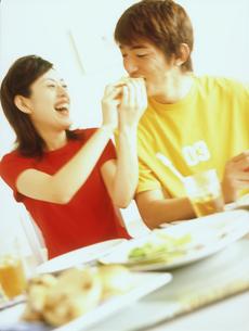 並んで食事するカップルの写真素材 [FYI02066237]