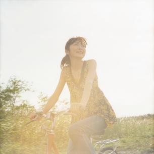サイクリングをする女性の写真素材 [FYI02066244]