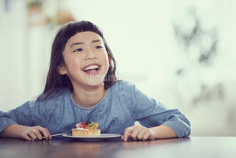 タルトを食べる女の子の写真素材 [FYI02066248]