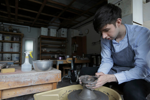 陶芸をする外国人男性の写真素材 [FYI02066252]