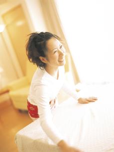 テーブルクロスをかける女性の写真素材 [FYI02066272]