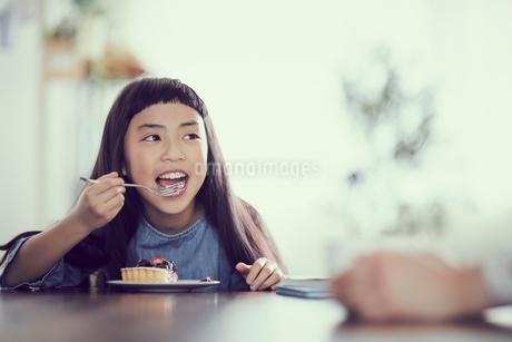 タルトを食べる女の子の写真素材 [FYI02066273]